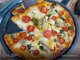 Пицца с двумя видами сыра, черри и базиликом