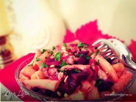 Салат с пастой, печеной свеклой, курочкой и кедровыми орешками
