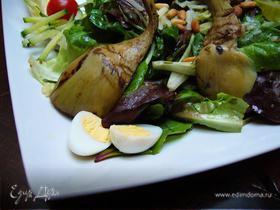 Теплый салат с артишоками-гриль, перепелиными яйцами и кедровыми орешками