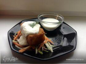 Морской окунь в куркуме со свежим салатом и соусом дзадзики