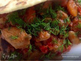 Фасоль с овощами и мясом на пшеничной лепешке