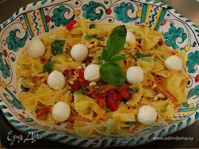 Салат из макарон с запеченным перцем и моцареллой