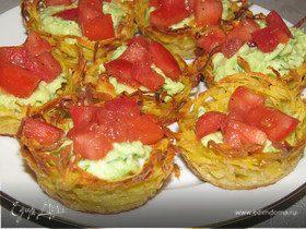 Картофельные корзинки с помидором и авокадо