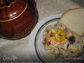 Кролик с грибами в сметанном соусе в горшочке
