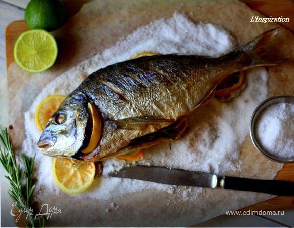 Дорада на подушке из соли и лимонов