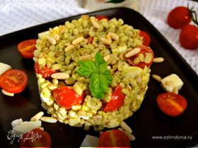Салат из злаковых с соусом песто, моцареллой и помидорками-черри