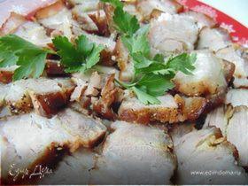 Варено-запеченная свиная грудинка с чесноком