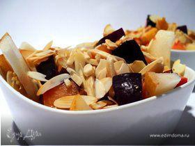 Десертный салат из груши со сливами и жареным миндалем