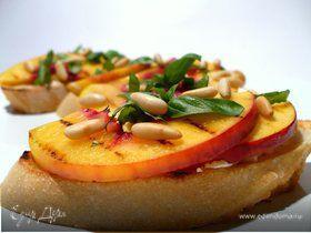Чиабатта с нектарином-гриль, козьим сыром, базиликом и кедровыми орешками