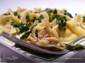 Закрытые макароны с начинкой из сливочного копченого лосося под сливочно-винным соусом со шпинатом