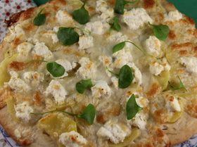 Пицца с картофелем, итальянскими сырами и розмарином