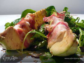 Закуска из авокадо, фаршированного мягким козьим сыром, с прошутто на подушке из полевого салата