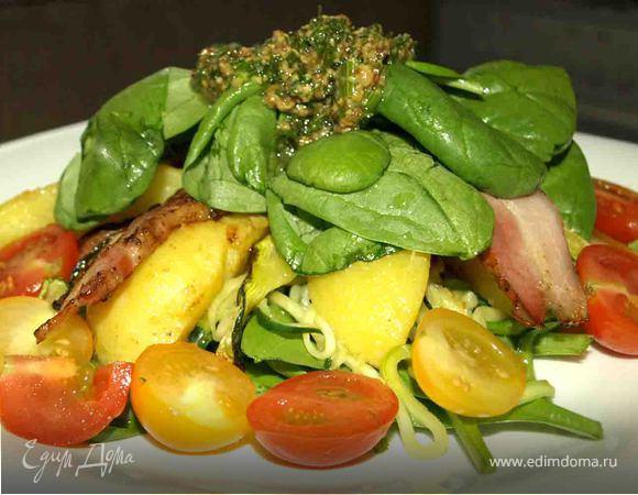 Теплый салат из цукини, картофеля, копченой грудинки и шпината