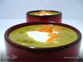 Закусочный гороховый суп с копченым лососем и шапочкой из крем-фреша