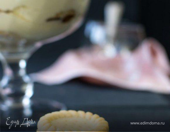 Десерт из сливочного сыра с лимонной помадкой и печеньем