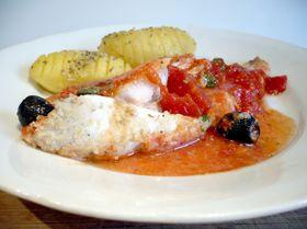 Рыбка, запеченная в томатном соусе с маслинами и каперсами
