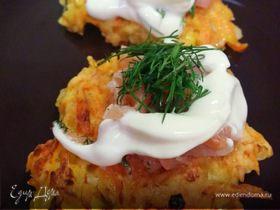 Морковно-луковые оладья с лососем