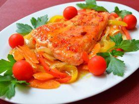 Семга с пряной карамелью и овощами