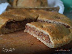 Мясной пирог с изюмом, яблоком и орехами