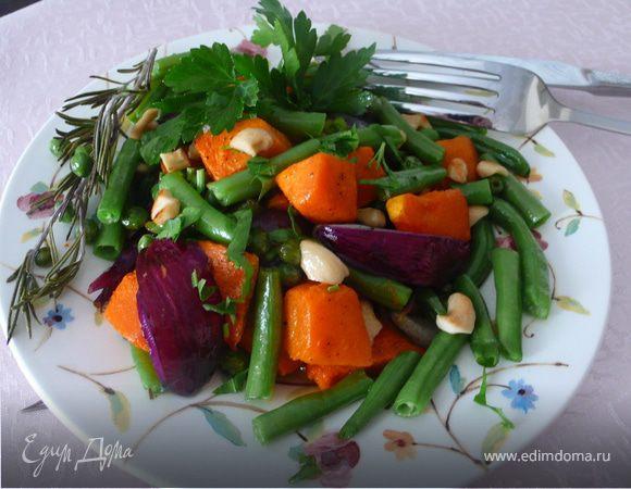Теплый салат из тыквы с красным луком и фасолью