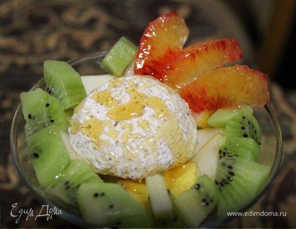 Фруктовый салат с мороженым и медом