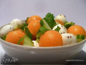 Весенне-летний салат из дыни и моцареллы с базиликом