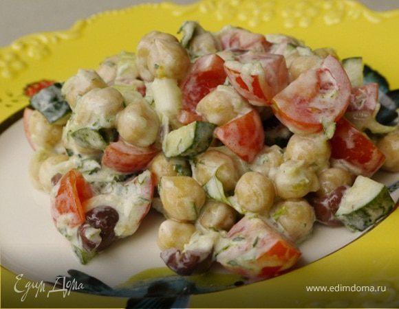 Салат из нута с оливками и помидорами черри