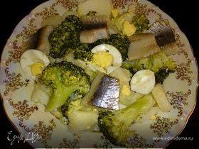Салат с брокколи, сельдью и яйцами