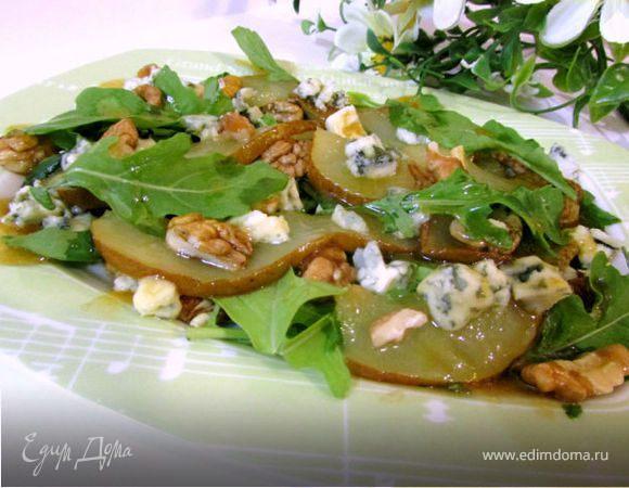 Теплый салат с грушей и голубым сыром