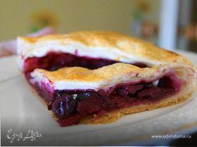 Слоеный пирог с яблоком и вишней