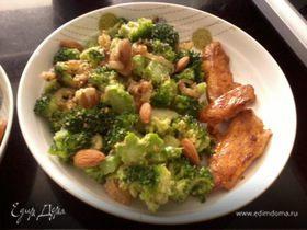 Салат из брокколи с миндалем и жареным луком