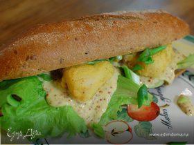 Сэндвич с рыбой в кляре и листьями салата