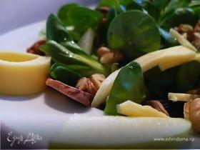 Летний салат с сыром, яблоком и шампиньонами