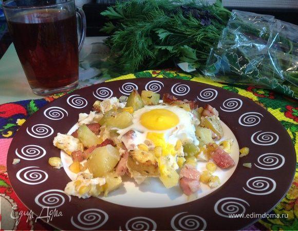 Яичница и запеченный картофель с беконом и ароматными травами