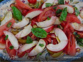 Салат из помидоров с нектаринами и базиликом