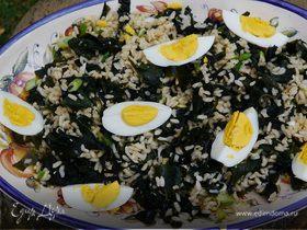 Рисовый салат с морскими водорослями и яйцами