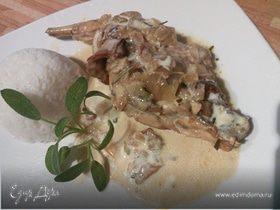 Кролик, тушенный с белыми грибами в сырном соусе