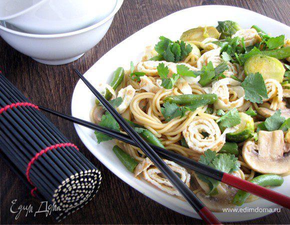 Японская лапша с овощами и омлетом