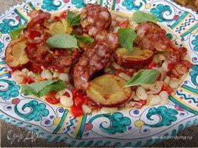 Салат из фасоли с беконом и сливами на гриле