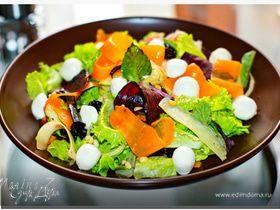 Салат с моцареллой и овощными чипсами