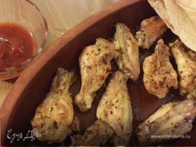 Куриные крылышки, запеченные в глиняных тарелках