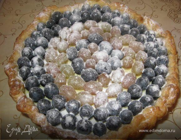 Творожный пирог из слоеного теста с виноградом