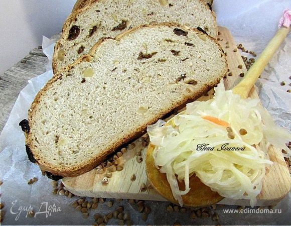 Гречишный хлеб с изюмом и орехами