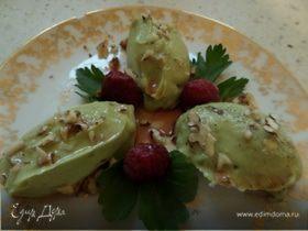 Крем из авокадо с малиновым соусом