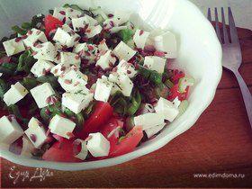 Овощной салат с брынзой и семенами льна