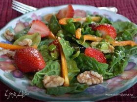 Шпинатный салат с клубникой и орехами