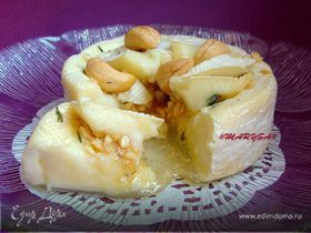 Камамбер, запеченный с медом, тимьяном и кешью