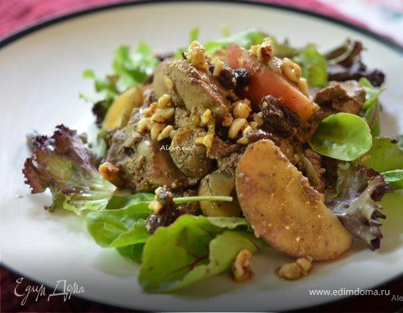 Теплый салат с куриной печенью и яблоком