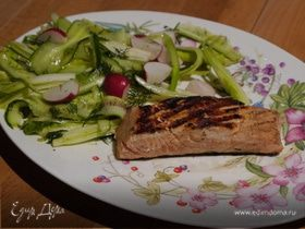 Семга с салатом из цикория, фенхеля и редиски