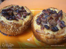 Омлет в булочке с шампиньонами и колбаской